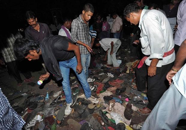 Indianos procuram seus pertences após tumulto em festival hindu em Patna (Foto: Reuters)