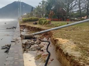 Em Peruíbe, alta da maré destruiu poste de energia na praia (Foto: Fátima Pires/Arquivo Pessoal)