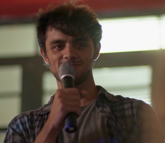 Jonatas canta música romântica olhando fixamente para Eliza (Foto: TV Globo)