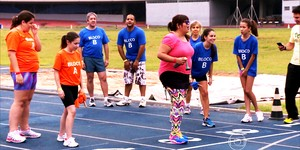 Blocos A e B duelam em corrida de revezamento em pista de 400 metros (TV Globo)