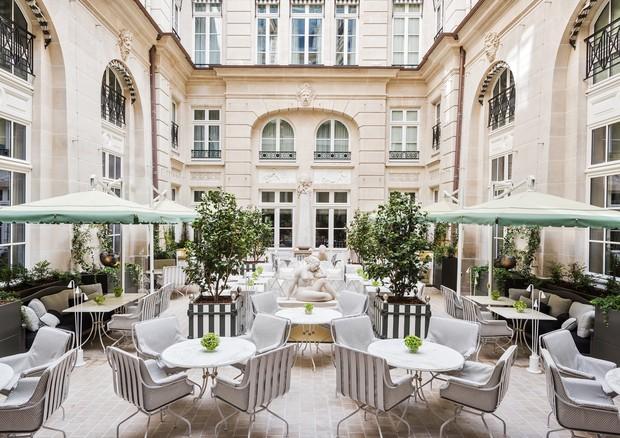 Cour d'Honneur, no Hôtel de Crillon, com paisagismo de Louis Benech (Foto:  Divulgação)