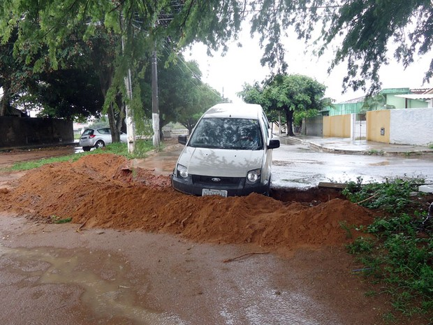 Sem sinalização e sob chuva, carro cai em buraco em Cidade Satélite (Foto: Rilyonaldo Marques)