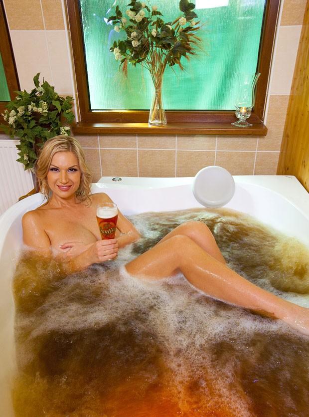 Spa na República Tcheca oferece banho de cerveja (Foto: Divulgação/Sklárna)