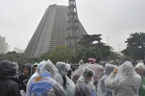 Jovens peregrinos encaram frio e chuva na fila para entrar na Catedral Metropolitana do Rio (Foto: Tomaz Silva / ABr)