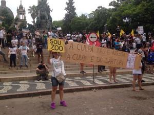 Faixas mostram posição contra extinção de fundações proposta pelo governo (Foto: Rafaella Fraga/G1)