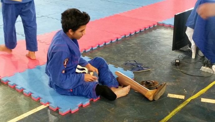 Geberson coloca a prótese após a luta (Foto: Eliete Marques)