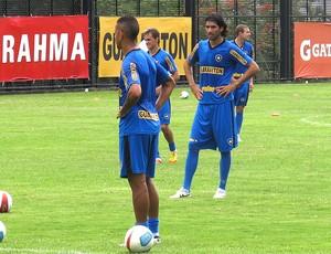 Antonio Carlos e Loco Abreu no treino do Botafogo (Foto: André Casado / Globoesporte.com)
