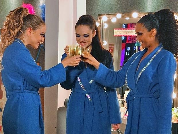 Empreguetes brindam com o chá batizado. Será que o plano de Chay vai dar certo? (Foto: Cheias de Charme / TV Globo)