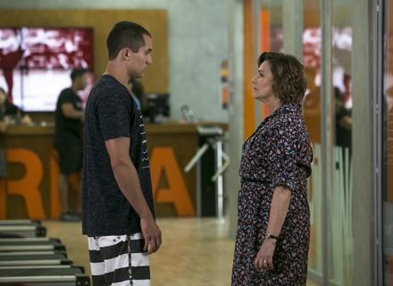 Giovane confronta Irene por causa de mentira: 'Se a senhora não contar, conto eu'