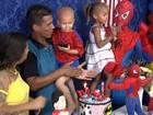Menino que luta contra câncer ganha festa surpresa de aniversário; vídeo