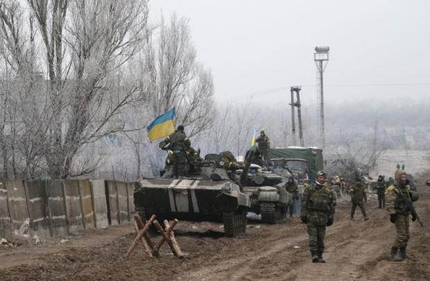 Forças ucranianas são vistas em estrada perto de Dabeltseve, que sofre bombardeios de rebeldes neste sábado (14) (Foto: Petr David Josek/AP)
