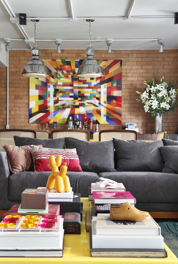 Décor do dia: sala industrial, colorida e descontraída  (Foto: DIVULGAÇÃO)
