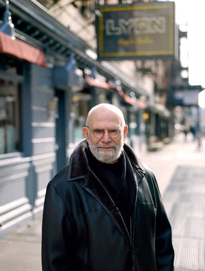 ESTRANHO E NORMAL O neurologista britânico Oliver Sacks posa em  Nova York.  Ele diz que as alucinações são explicáveis pela superativação  do cérebro (Foto: Jurgen Frank/Corbis Outline)