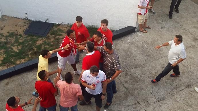 América-RN - Beto Santos é hostilizado por torcedores na final do Campeonato Potiguar (Foto: Jocaff Souza/GloboEsporte.com)