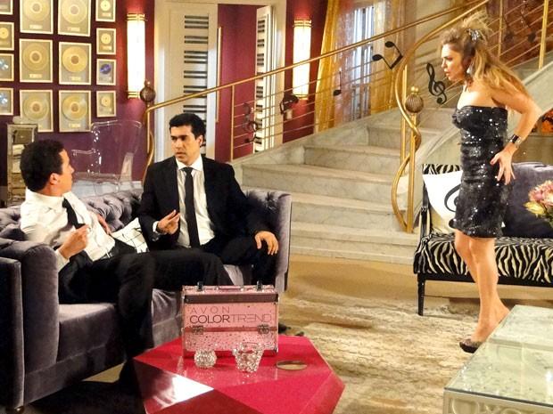 Socorro tenta, em vão, seduzir os caras (Foto: Cheias de Charme / TV Globo)
