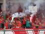Torcida da Portuguesa Santista faz festa em último treino antes de decisão