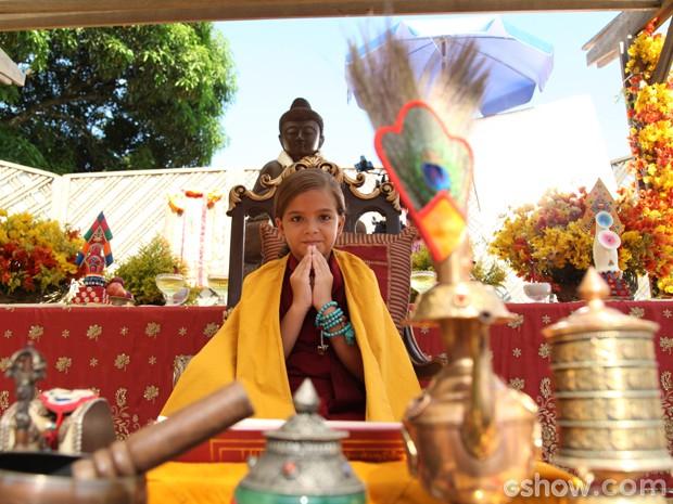Pérola e a oferenda Rinpoche (Foto: Carol Caminha/TV Globo)