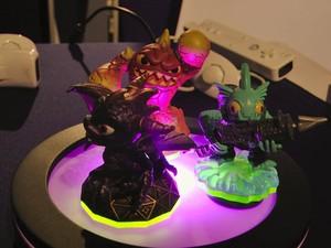 'Skylanders' usa bonequinhos que interagem com o game nos consoles (Foto: Gustavo Petró/G1)