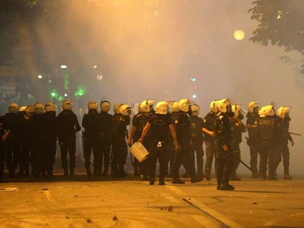 Polícia de choque se reúnem em frente de manifestantes antigoverno no centro de Ancara (Foto: Adem Altan/ AFP)