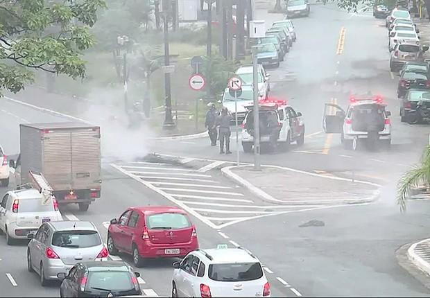 Policiais lançam bombas de gás e afastam manifestantes para liberar acesso de veículos à Avenida 23 de Maio, na área central de São Paulo (Foto: Reprodução/TV Globo)