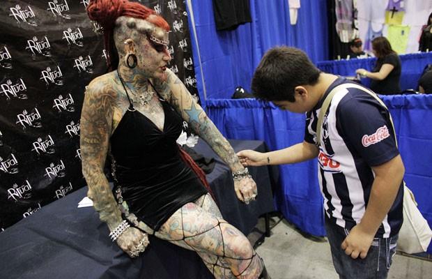 Entre as modificações extremas, María José Cristerna implantou chifres e presas. A feira internacional de tatuagens aconteceu em Monterrey nos dias 2 e 3 de março. (Foto: Daniel Becerril/Reuters)