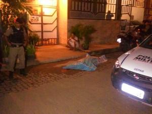 Mulher morta no Bairro São Raimundo não teve sua idade revelada. (Foto: Túlio Vieira Jardim/VC no G1)