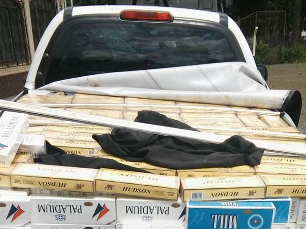 Caixas de cigarro do Paraguai estavam em carroceria de caminhonete (Foto: Divulgação/BPFron)