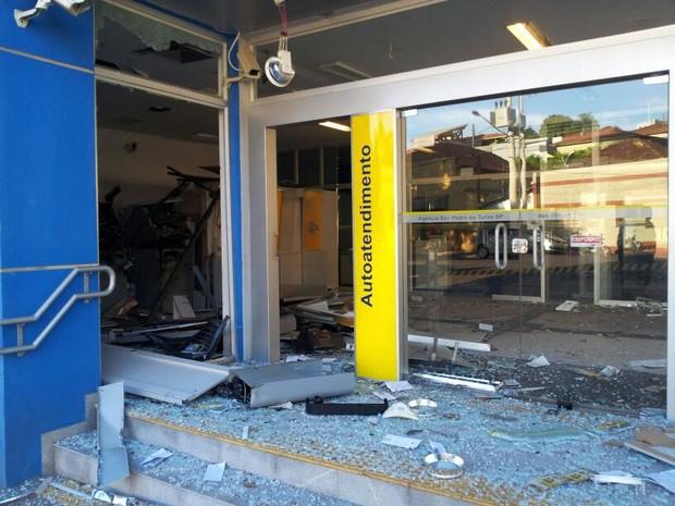 Caixas automáticos foram explodidos em São Pedro do Turvo (Foto: Giliardy Freitas/TV TEM)