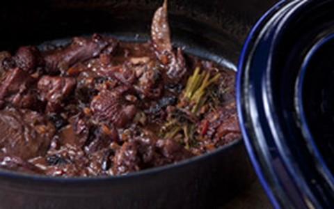 Frango caipira com calda de ameixa e purê de batata-baroa