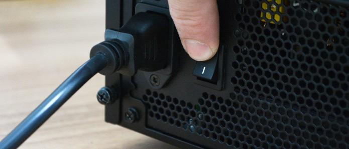 Conecte o cabo de energia e ligue o interruptor somente depois de tudo pronto (Foto: Reprodução/Adriano Hamaguchi)