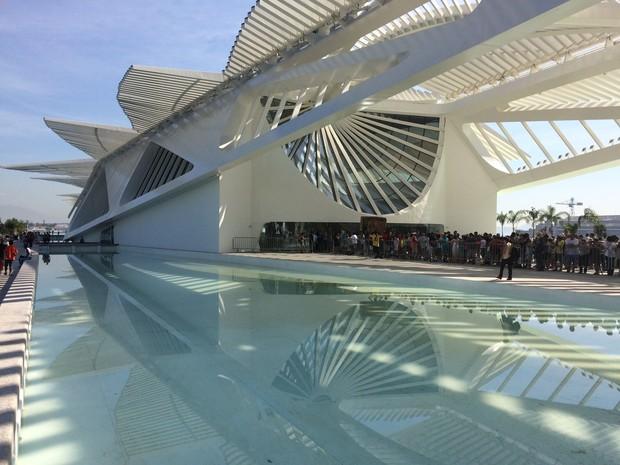 A gratuidade, exclusiva para o fim de semana da inauguração, fez com que uma fila fosse formada logo na entrada.  (Foto: Lívia Torres / G1)