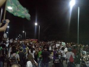 Manifestantes ocuparam um dos sentidos da Ponre Bandeira Tribuzzi (Foto: João Ricardo/G1 Maranhão)