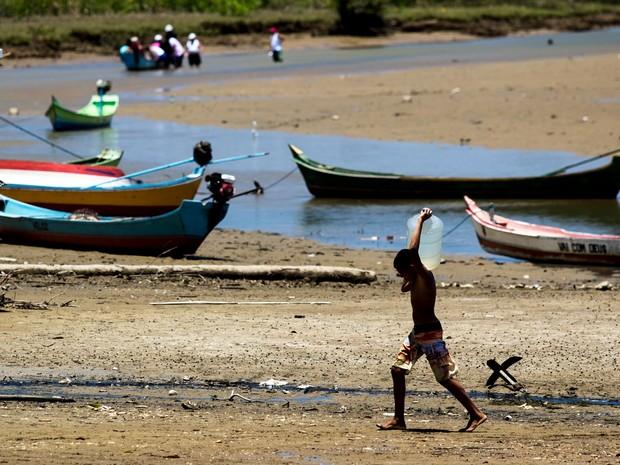 Por causa do alto índice de sal na água, ribeirinhos navegam rio acima para conseguir estocar garrafões (Foto: Jonathan Lins/G1)
