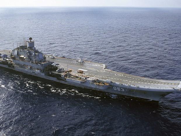 Porta-aviões russo Almirante Kuznetsov (Foto: AP)