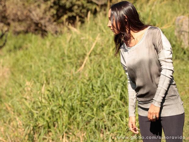 A boliviana olha para baixo depois de ter empurrado a enfermeira (Foto: Amor à Vida / TV Globo)