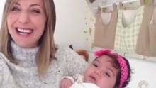 Adriana Krauss apresenta a filha Erika aos telespectadores (RBS TV/Reprodução)