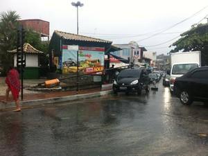 Árvore caiu em cima de carro na praça de Arraial do Cabo (Foto: Marcelo Cortês/TV Arraial)