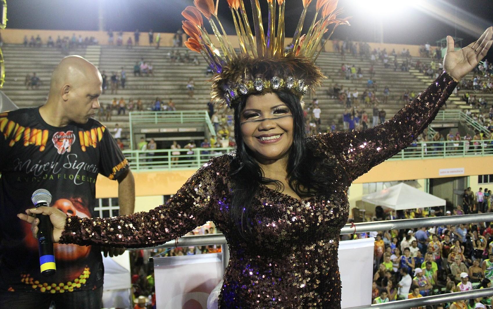 Cantora Márcia Siqueira é a primeira mulher a sair em um trio no Carnaboi (Foto: Marcos Dantas/G1 AM)
