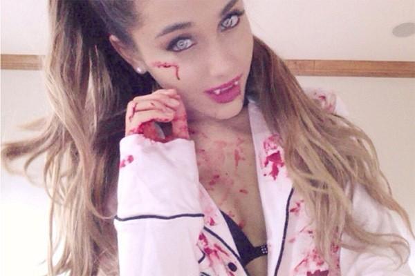 Meio vampiresca, meio zumbi? Ariana Grande é fã assumida do Halloween e adora inventar novas fantasias para a ocasião. (Foto: Reprodução/Instagram)