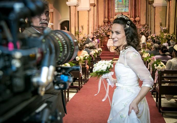 Bianca se prepara para entrar na igreja (Foto: Isabella Pinheiro/Gshow)
