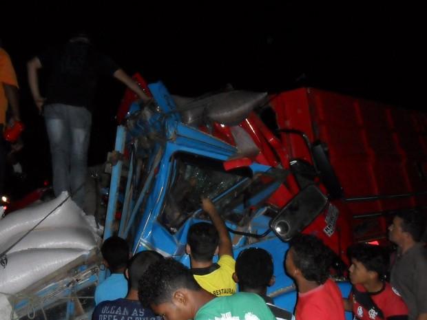 Caminhão bateu em uma vaca e colidiu com outro provocando o acidente na PI-140 (Foto: Sérgio Alencar)