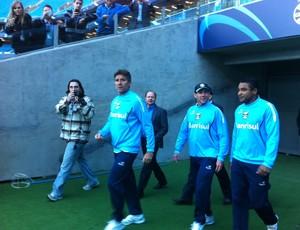 Renato entrando em campo ao lado dos auxiliares Victor Hugo Signorelli e Roger Machado (Foto: Hector Werlang/Globoesporte.com)