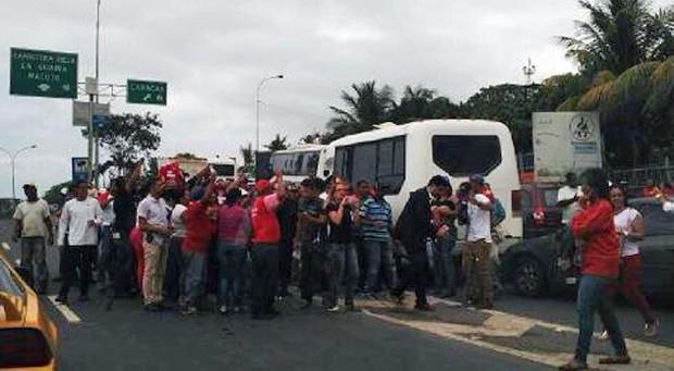 Manifestantes venezuelanos cercaram van que transportava senadores brasileiros em Caracas (Foto: Twitter / @TalCualDigital.com)