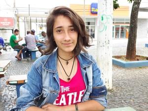 Beatriz ainda tem que esperar completar 18 anos para poder apostar na loteria (Foto: Rafael Rodrigues/G1)