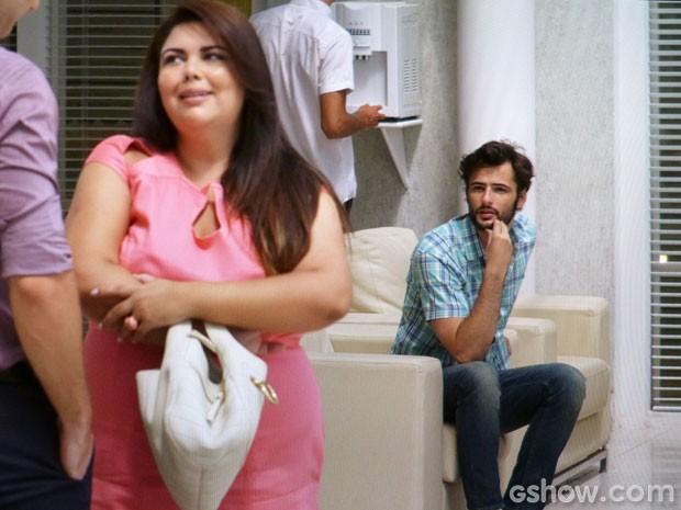 Mesmo acima do peso, ela é convidada para desfilar (Foto: Amor à Vida/TV Globo)