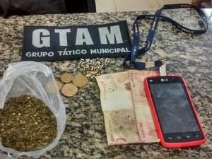 Gtam achou trouxa de maconha e R$ 60 trocados com suspeito de tráfico (Foto: Emily Costa/ G1 RR)