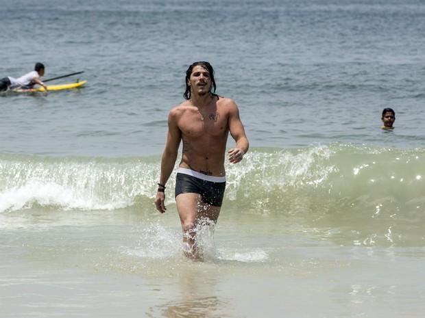 Robertão cai de cueca no mar (Foto: Inácio Moraes/Gshow)