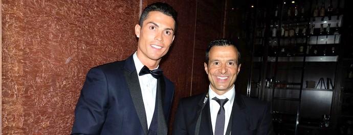 Cristiano Ronaldo e Jorge Mendes com o livro do Jorge Mendes (Foto: Reprodução/ Facebook)