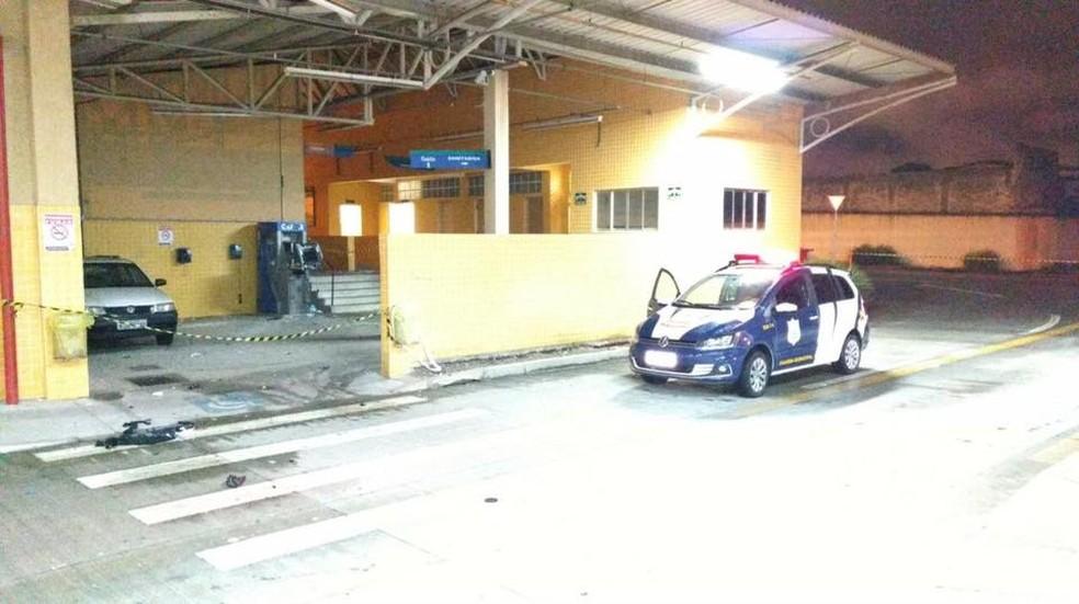 Ladrões explodiram caixa eletrônico que fica no terminal de São José dos Pinhais  (Foto: Divulgação/Guarda Municipal)
