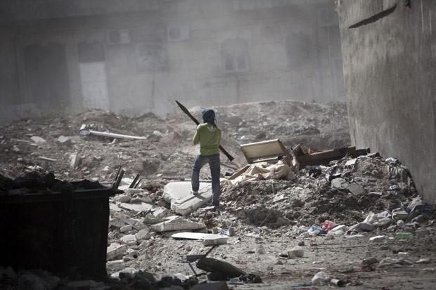 Rebelde com lançador de granada durante confronto na cidade síria de Aleppo nesta quarta-feira (26) (Foto: AFP)